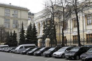Cars are parked outside the headquarters of the Bank of Russia in Moscow April 30, 2015. REUTERS/Sergei Karpukhin